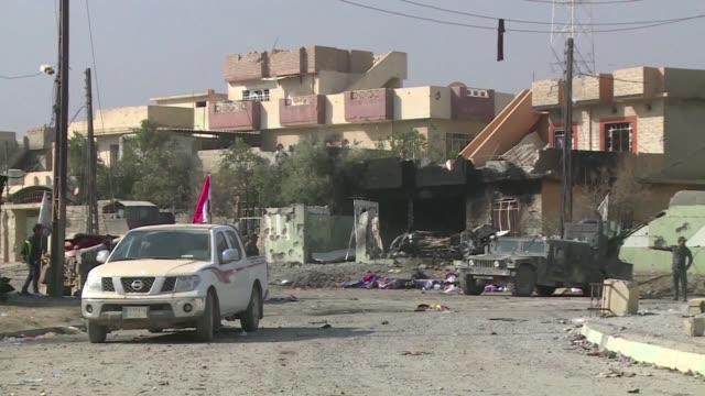 vídeos de stock, filmes e b-roll de las fuerzas iraquies que participan en la ofensiva para recuperar mosul de manos del grupo estado islamico sumaron el poblado de bashiqa al conjunto... - irak
