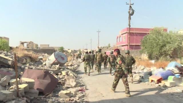 vídeos de stock, filmes e b-roll de las fuerzas iraquies reconquistaron el martes los poblados de bashiqa y hamam alalil durante la cuarta semana de operacion para retomar la ciudad de... - irak
