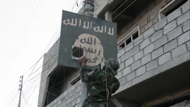 vídeos de stock, filmes e b-roll de las fuerzas iraquies retomaron el sabado el centro de tal afar uno de los ultimos bastiones del grupo yihadista estado islamico en irak a seis dias... - irak