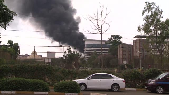 las fuerzas kenianas ya controlan el centro comercial westgate de nairobi tomado por asalto el sabado por un comando islamista afiliado a los... - centro comercial stock videos & royalty-free footage