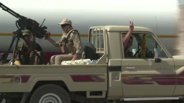 vídeos de stock, filmes e b-roll de las fuerzas kurdas apoyadas por la aviacion estadounidense arrebataron este domingo la represa mas importante de irak a los yihadistas del estado... - irak
