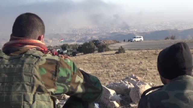 las fuerzas kurdas iraquies tomaron este viernes sinjar una ciudad del norte de irak controlada desde hace un ano por el grupo yihadista estado... - irak stock videos and b-roll footage