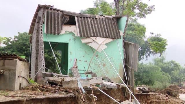 las inundaciones y deslaves provocados por fuertes lluvias en vietnam elevaron a 54 el numero de muertos y hay 39 desaparecidos informaron las... - numero stock videos & royalty-free footage