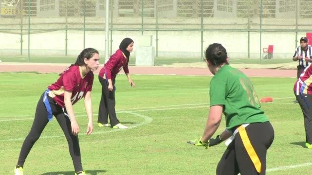 las jovenes egipcias que dan saltos en el cesped de un estadio de el cairo no estan ahi para animar a los chicos sino para disputar un partido de... - cesped stock videos and b-roll footage