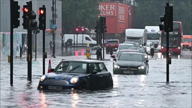 las lluvias torrenciales en el sureste de inglaterra anegaron el fin de semana calles de londres, donde los bomberos recibieron cientos de llamadas - sunday stock videos & royalty-free footage