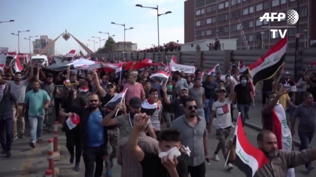 vídeos y material grabado en eventos de stock de las manifestaciones antigubernamentales se reanudaron en irak donde el viernes murieron una decena de personas en bagdad y el sur del pais en unas... - viernes