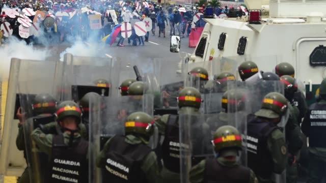 las manifestaciones en venezuela contra el gobierno de nicolas maduro dejan mas de una treintena de muertos y heridos en un mes de protestas en las... - parte de una serie video stock e b–roll