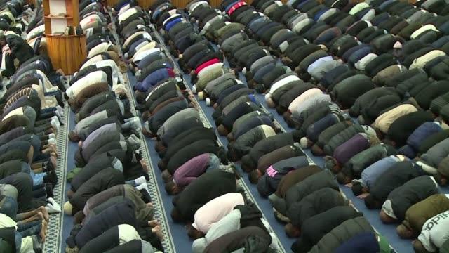 Las mezquitas de Francia condenaron los ataques de Paris en su oracion del viernes siguiendo el texto difundido por la organizacion que representa a...