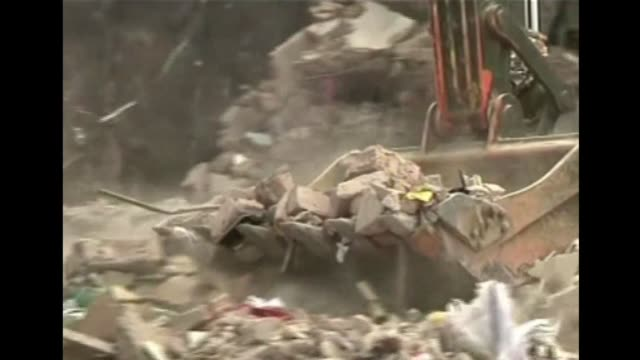 las muertes del derrumbe del edificio con talleres textiles de bangladesh supero el viernes el millar de muertos. voiced : bangladesh un millar de... - dhaka stock videos & royalty-free footage