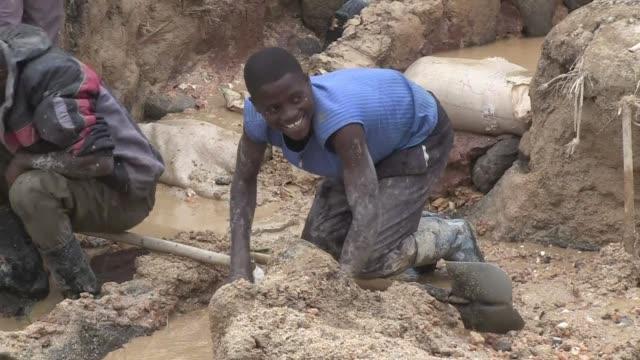 las ong llaman a la accion en el este de republica democrática del congo voiced ninos en las minas de rdcongo on august 02 2013 in kinshasa congo - minas stock videos and b-roll footage