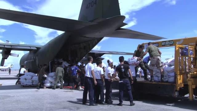 vídeos y material grabado en eventos de stock de las operaciones de socorro a los damnificados de haiyan se aceleraron el viernes con la llegada de la ayuda internacional voiced : la ayuda... - viernes