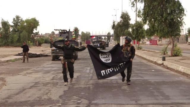 las organizaciones humanitarias mostraron el miercoles su inquietud por la suerte de un millon de civiles atrapados en mosul irak donde se han... - irak stock videos and b-roll footage