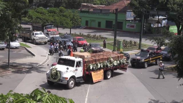 las osamentas de 172 indigenas victimas de la represion en la guerra civil de guatemala fueron trasladadas el miercoles al cementerio del poblado de... - guerra civil stock videos and b-roll footage