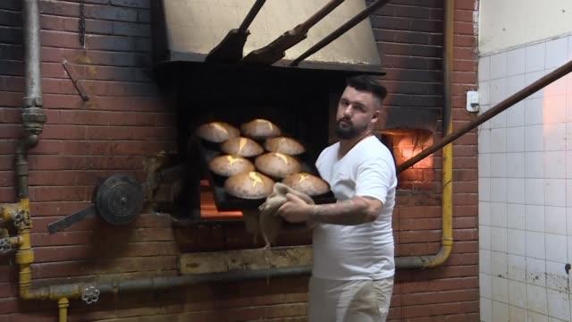 las pequenas y medianas empresas argentinas resienten con fuerza la recesion que golpea al pais muchas han tenido que cerrar despedir empleados y... - pequenas empresas stock videos and b-roll footage