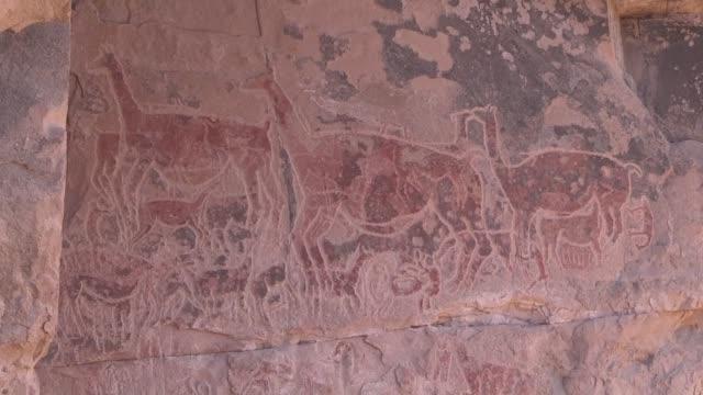las pinturas que dejaron pastores y caravaneros hace casi tres milenios en las rocas que flanquean el rio loa que surca el desierto de atacama... - arqueologia stock videos & royalty-free footage