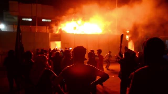 las protestas en irak que ya causaron 350 muertos en dos meses alcanzaron un nivel excepcional el miercoles con el incendio por manifestantes del... - najaf stock videos & royalty-free footage