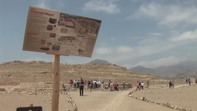 las ruinas de la antigua civilizacion de caral en peru sirven de inspiracion a arquitectos e ingenieros de todo el mundo por la armonia de sus... - arqueologia stock videos & royalty-free footage