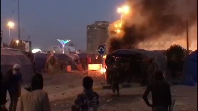 las tensiones entre manifestantes antigobierno y partidarios del lider moqtada sadr que ha fracturado la protesta en irak al apoyar al primer... - najaf stock videos & royalty-free footage