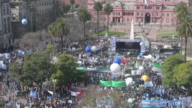 las tres centrales obreras de argentina protestaron el martes en buenos aires en contra de las politicas economicas del gobierno de mauricio macri y... - sindicatos stock videos & royalty-free footage
