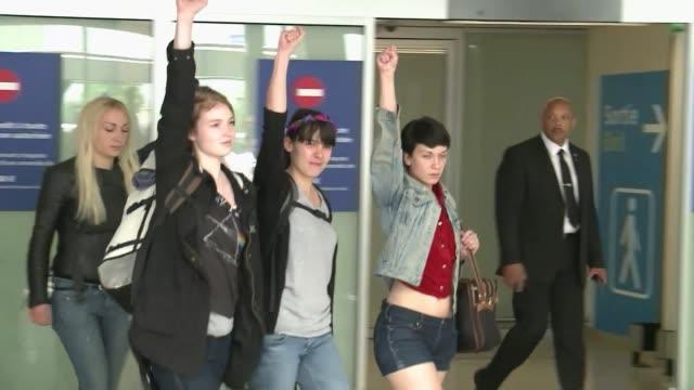 las tres militantes europeas del grupo feminista femen liberadas la noche pasada en tunez tras un mes de detencion por una accion con el torso... - desnudo stock videos & royalty-free footage