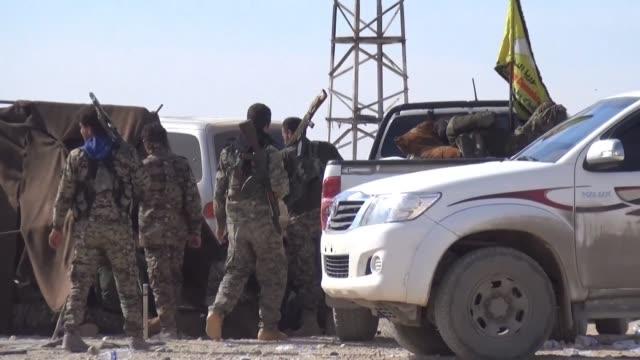 vídeos de stock, filmes e b-roll de las tropas de las fuerzas democraticas sirias avanzaban este lunes hacia raqa bastion sirio del grupo estado islamico mientras los yihadistas perdían... - irak