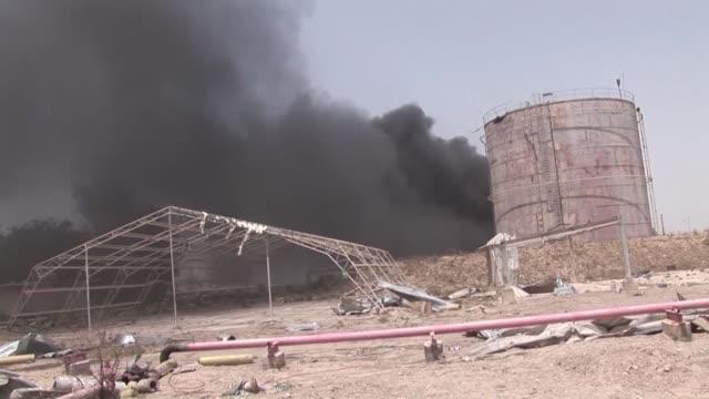 vídeos de stock, filmes e b-roll de las tropas iraquies ingresaron el lunes a la ciudad de faluya uno de los feudos del grupo estado islamico y desde donde miles de civiles tratan de... - irak