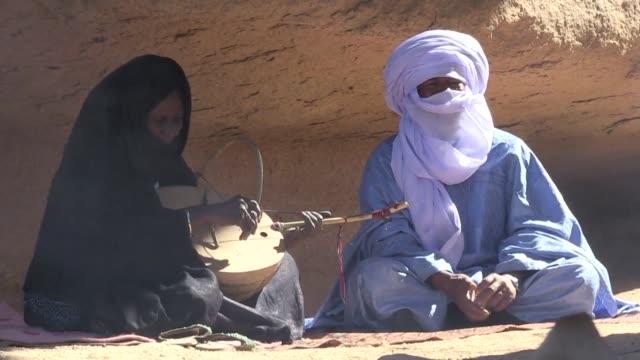 las ultimas interpretes de imzad de argelia intentan rescatar del olvido este instrumento de una sola cuerda que solo pueden tocar las mujeres tuareg - tocar stock videos & royalty-free footage
