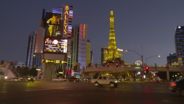 las vegas boulevard street scene - eiffelturm von las vegas stock-videos und b-roll-filmmaterial