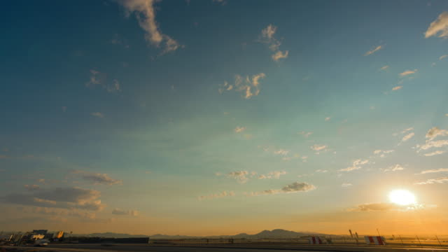 las vegas international airport traffic im morgengrauen - nevada stock-videos und b-roll-filmmaterial
