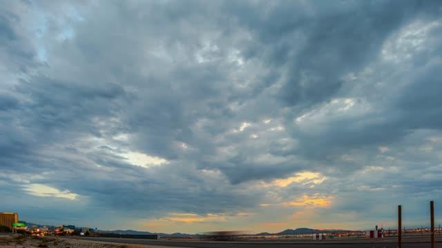vidéos et rushes de trafic de l'aéroport international las vegas à l'aube - comté de clark nevada