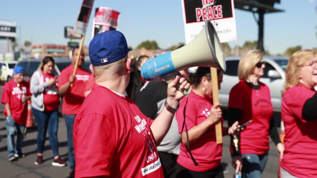 las vegas, nevada, usa: a democratic presidential hopeful join the picket line with members of the culinary workers union local 226, the workers... - ストライキ点の映像素材/bロール