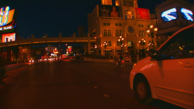 las vegas, nevadadriving the vegas strip at night - motorradfahrer stock-videos und b-roll-filmmaterial