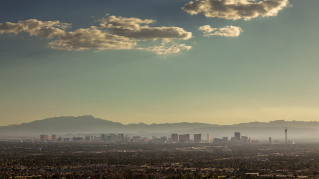 las vegas skyline - day to night timelapse - the strip las vegas stock-videos und b-roll-filmmaterial