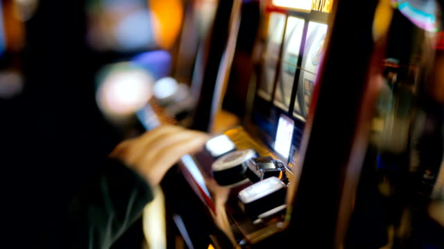 stockvideo's en b-roll-footage met las vegas slot machine - gokken