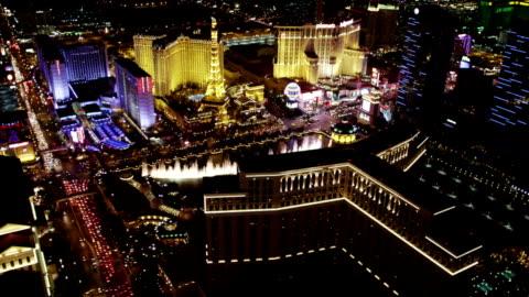 stockvideo's en b-roll-footage met las vegas strip aerial view at night - replica eiffeltoren las vegas