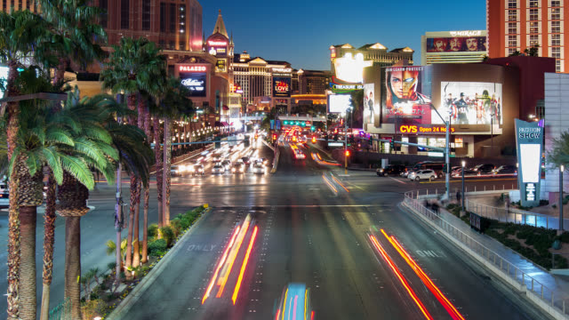 las vegas strip at night, nevada, united states - the strip las vegas stock-videos und b-roll-filmmaterial