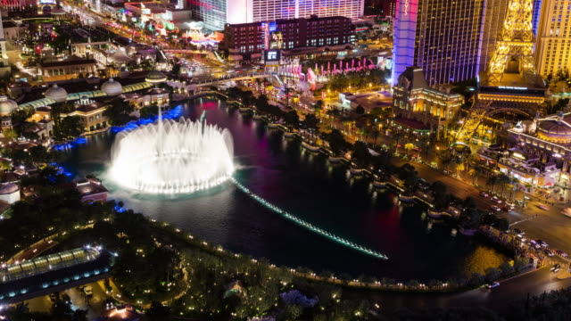 vídeos y material grabado en eventos de stock de las vegas strip fountain show from above - réplica de la torre eiffel paris las vegas