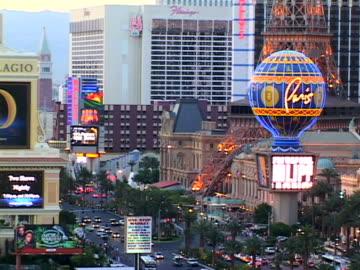 stockvideo's en b-roll-footage met las vegas - replica eiffeltoren las vegas