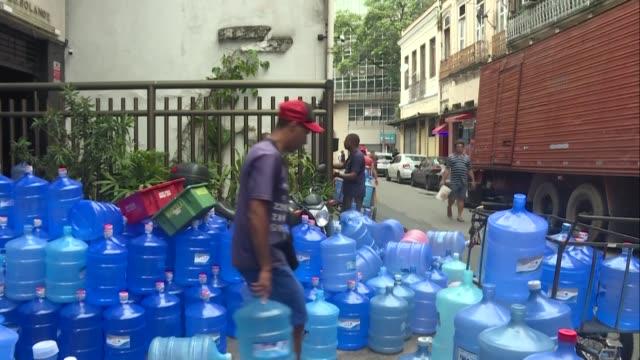 las ventas de agua embotellada en rio de janeiro se dispararon tras problemas relacionados con la calidad del agua suministrada por la compania... - agua stock videos & royalty-free footage