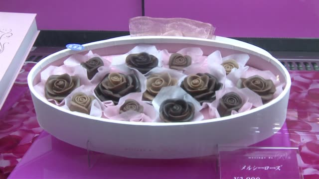 las ventas de chocolate se disparan cada ano en japon para el 14 de febrero dia de san valentin voiced chocolate para hombres on february 13 2013 in... - hombres stock videos & royalty-free footage