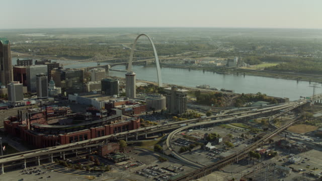 lasalle to gateway arch in st louis - gateway arch st. louis stock videos & royalty-free footage