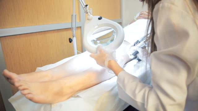 vídeos de stock e filmes b-roll de laser epilation for a young woman - depilação