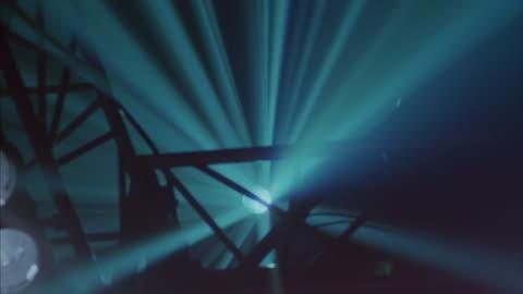 vídeos y material grabado en eventos de stock de laser lights spin in a dark room. - luces estroboscópicas