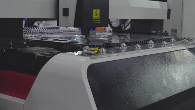 cnc-laserschneidmaschine. - förderleitung stock-videos und b-roll-filmmaterial
