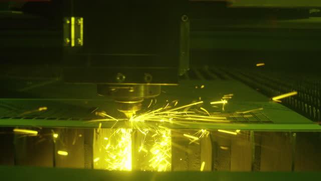 cncレーザー金属切断製造ツール - レーザー光点の映像素材/bロール