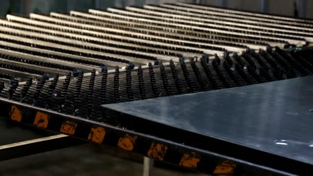vidéos et rushes de cnc de laser métal découpé outil de production - tôle
