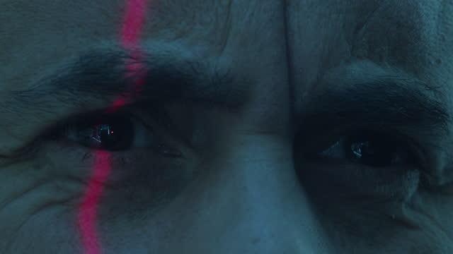 stockvideo's en b-roll-footage met laser scanning of eyes - laser