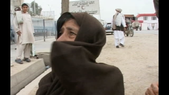 vídeos de stock e filmes b-roll de ext woman begging in street outside red cross building woman opens matchbox to show picture of her son inside sign 'afghan red crescent society'... - caixa de fósforos