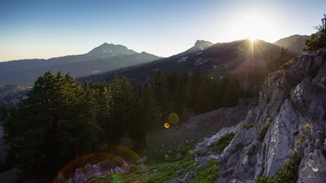 lassen volcanic nationalpark sonnenuntergang - zeitraffer - vulkanlandschaft stock-videos und b-roll-filmmaterial