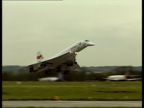 vídeos de stock, filmes e b-roll de u'lay resale england manchester ext ms concorde landing at the end of its last ever flight pan - último dia